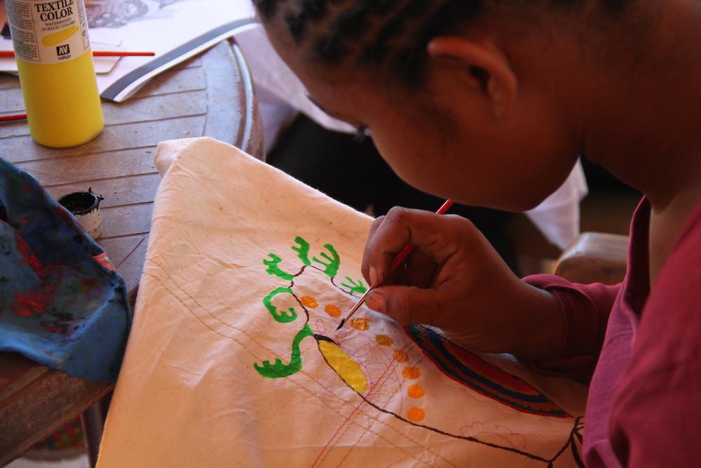 Les filles du Foyer Social s'appliquent en artisanat