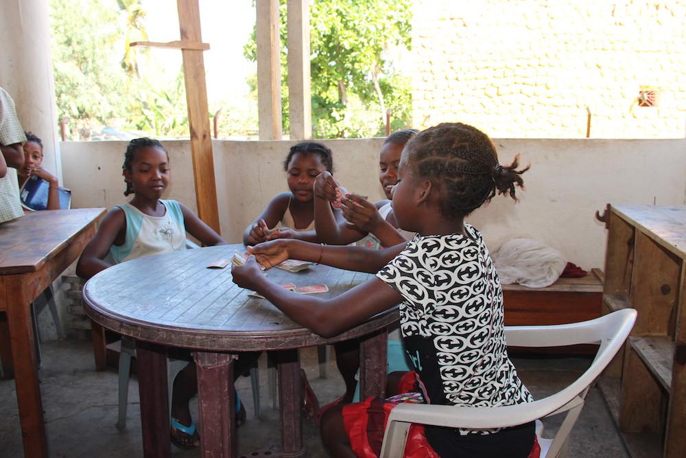 Des filles de l'École des Saphirs sont accueillies au Foyer Social