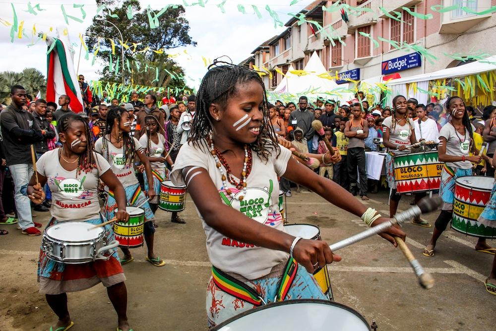 Les sourires et les tambours de la Bloco Malagasy seront présents pour le XVIème Sommet de la Francophonie