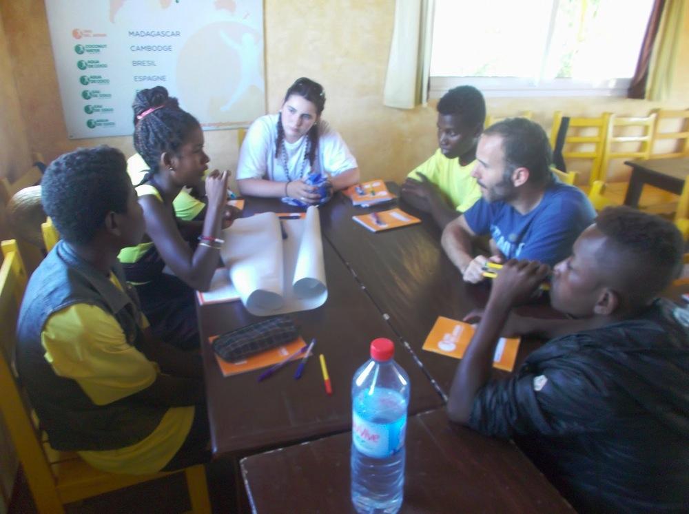 Les jeunes du Centre de Formation en Agroforesterie et Ecotourisme de Mangily participent à un après-midi débat avec des élèves de Normandie