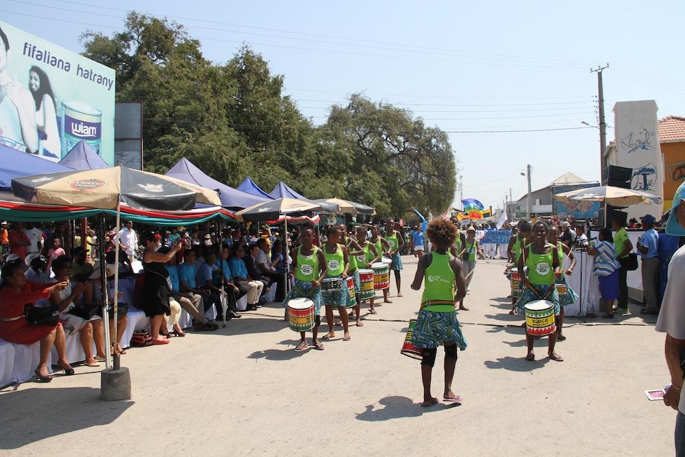 Les sons des tambours de la Bloco Malagasy résonnent au carnaval du Vez'tival