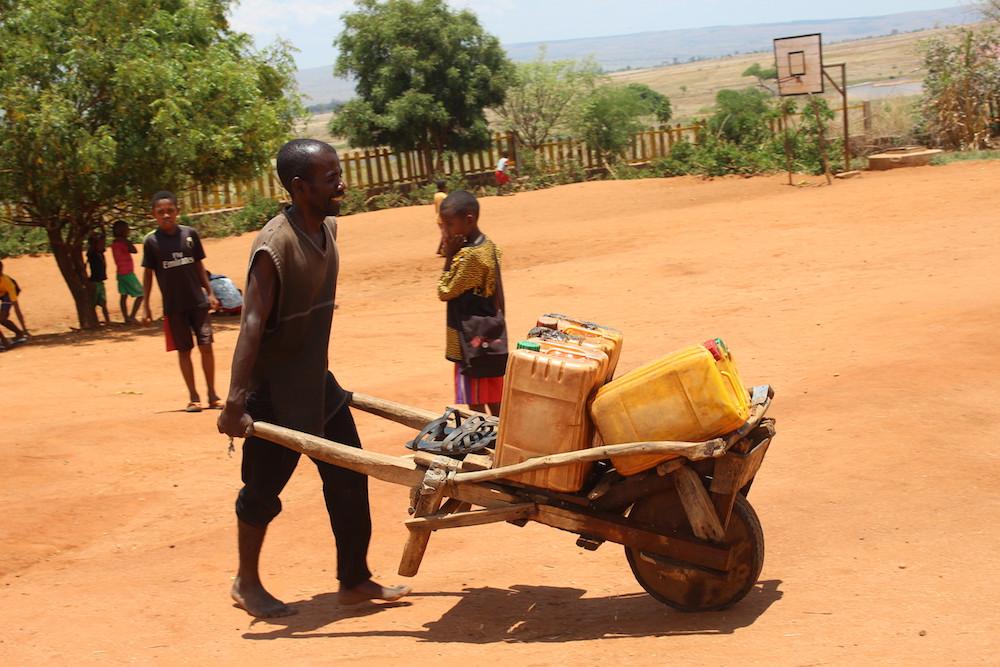 Sambo, le courageux porteur d'eau de l'École des Saphirs