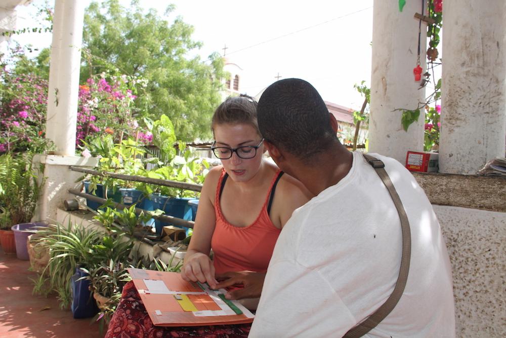 Wendy effectue son stage en partageant ses compétences avec les bénéficiaires de l'ONG Bel Avenir