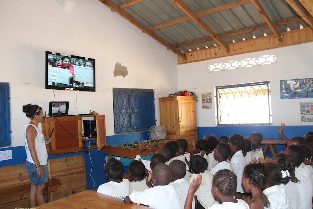 Les élèves du Collège des Salines discutent avec leurs amis de l'Espagne lors d'une vidéoconférence
