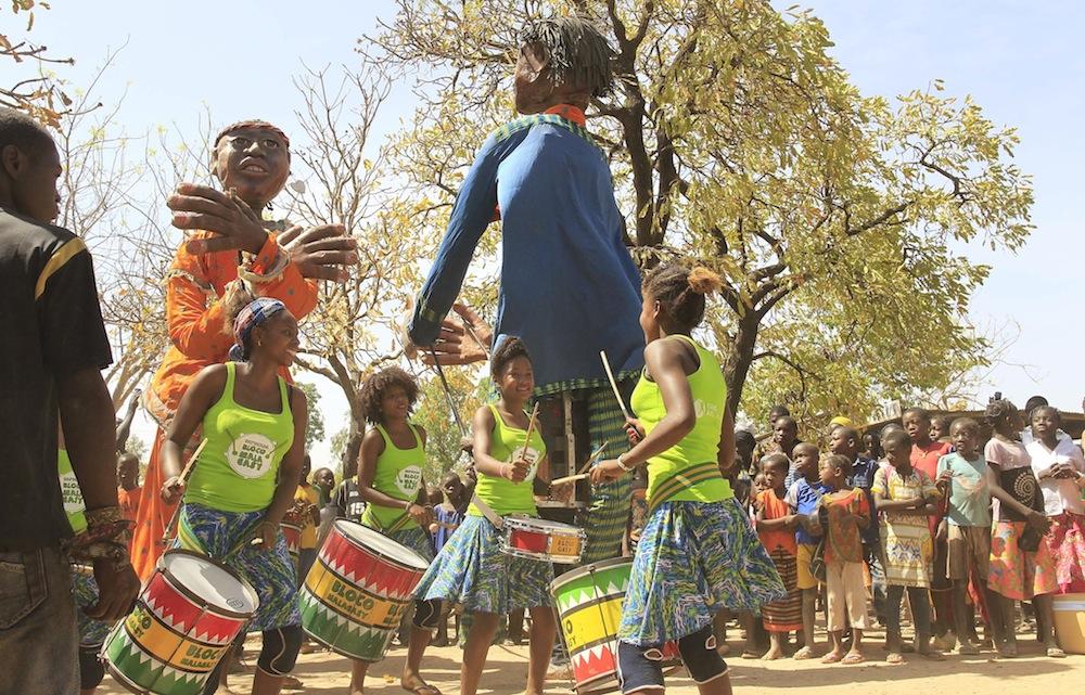 La Bloco Malagasy rencontre les Grandes personnes de Boromo, cousins des Géants de Tuléar