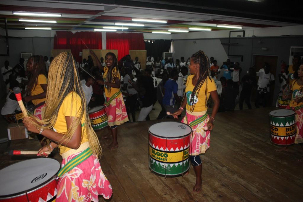 Les filles de la Bloco Malagasy échangent avec les étudiants de Cocody