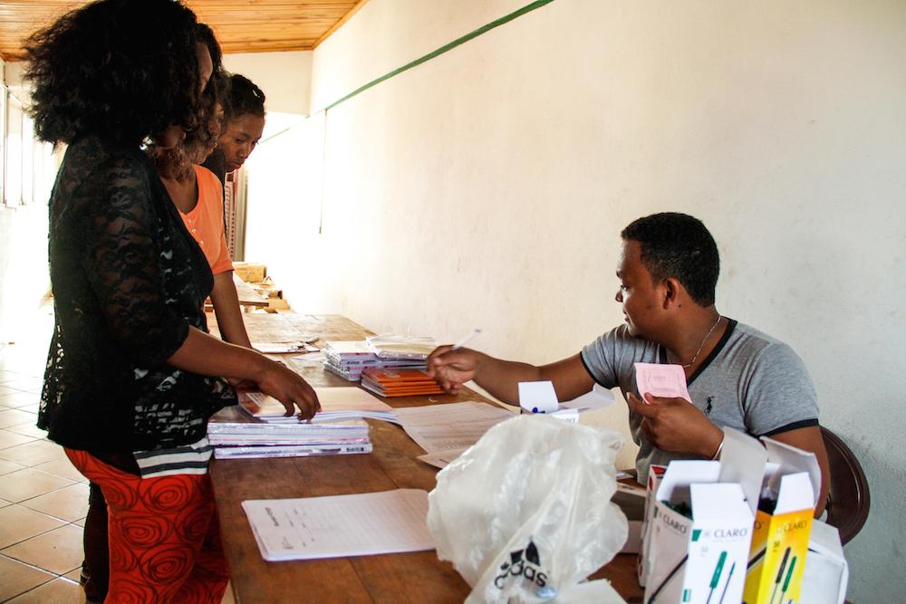 Les boursiers de l'ONG Bel Avenir reçoivent leurs kits scolaires