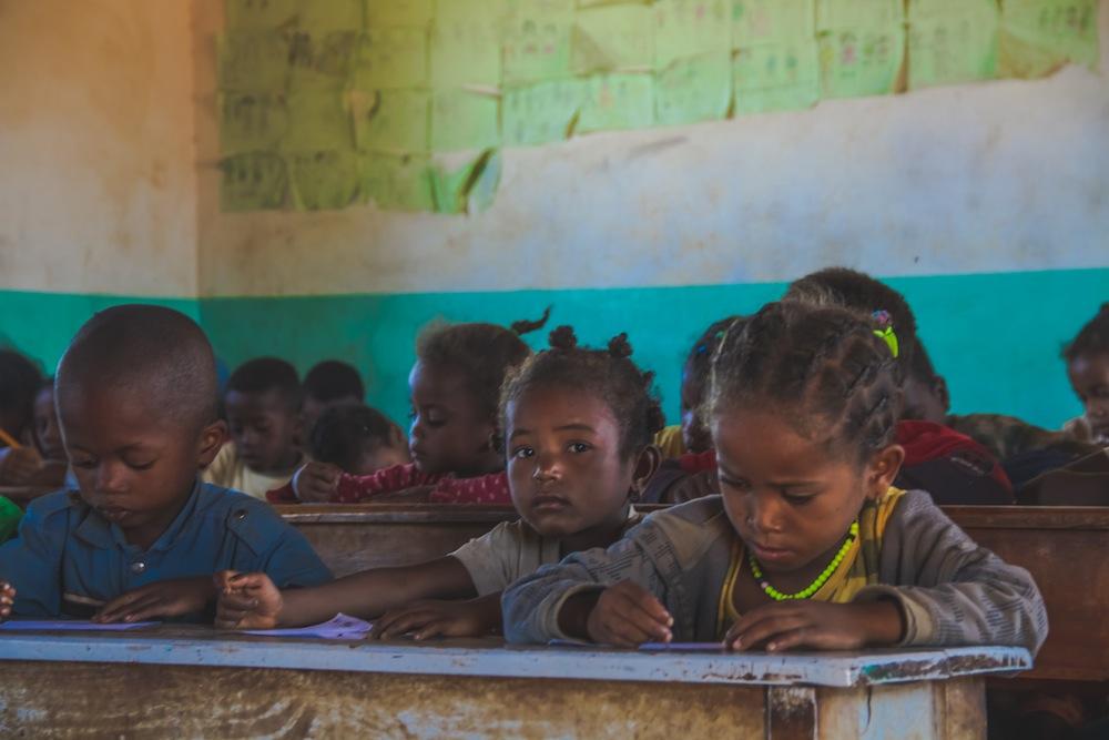 """""""Parrainer une école"""", une campagne destinée aux enfants travaillant dans les mines  d'Antsohamadiro."""